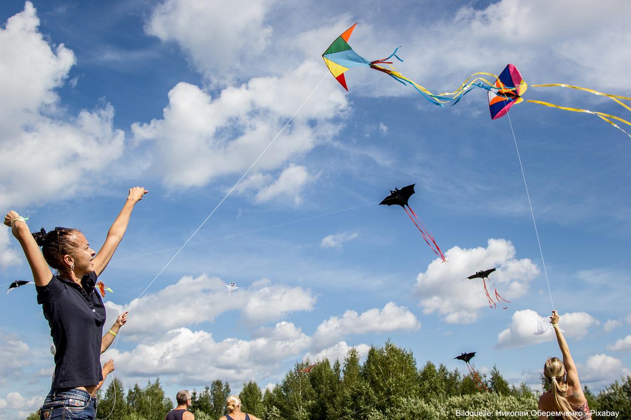 Drachen basteln und Drachen steigen lassen macht Spaß.