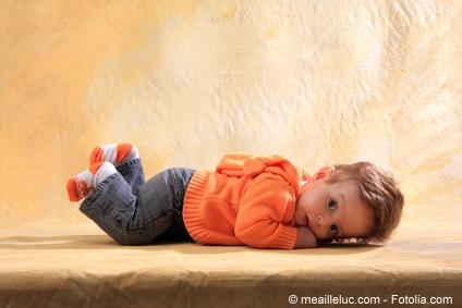 Socken halten die Füße von Babys warm.